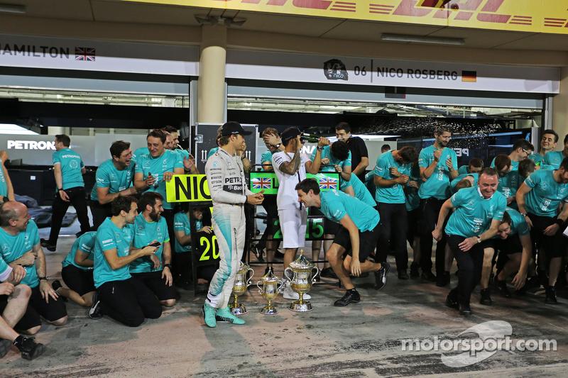 3. Nico Rosberg, Mercedes AMG F1, und 1. Lewis Hamilton, Mercedes AMG F1, feiern mit dem Team