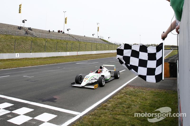 السباق الأول: الفائز، مارفين دينست، إتش تي بي جونيور تيم