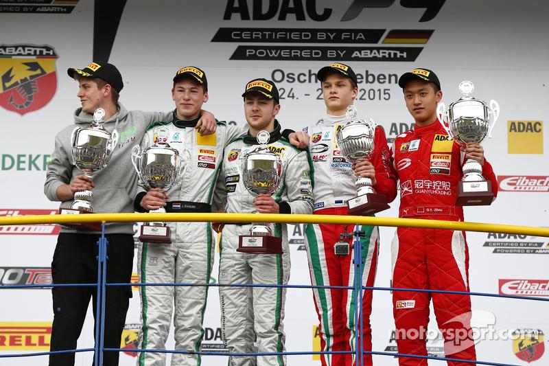 Podium 2. Rennen: 2. Janneau Esmeijer, 1. Marvin Dienst, HTP Junior Team, und 3. Ralf Aron; 1. Rooki