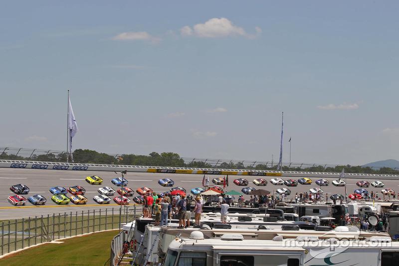 تجمع السيارات في السباق على حلبة تالاديغا