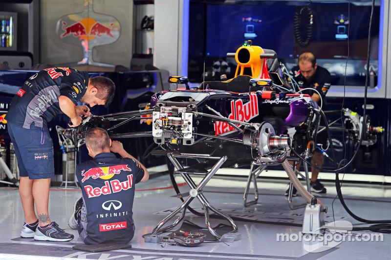 Red Bull Racing RB11 wird in der Box vorbereitet