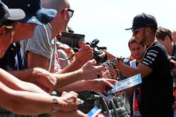 Lewis Hamilton, de Mercedes AMG F1 firma autógrafos para los aficionados