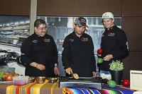 (De izquierda a derecha): Chef Rubén Boldo Villegas, Sergio Pérez y Nico Hulkenberg Sahara Force India F1 cocinan comida mexicana en el motorhome del equipo