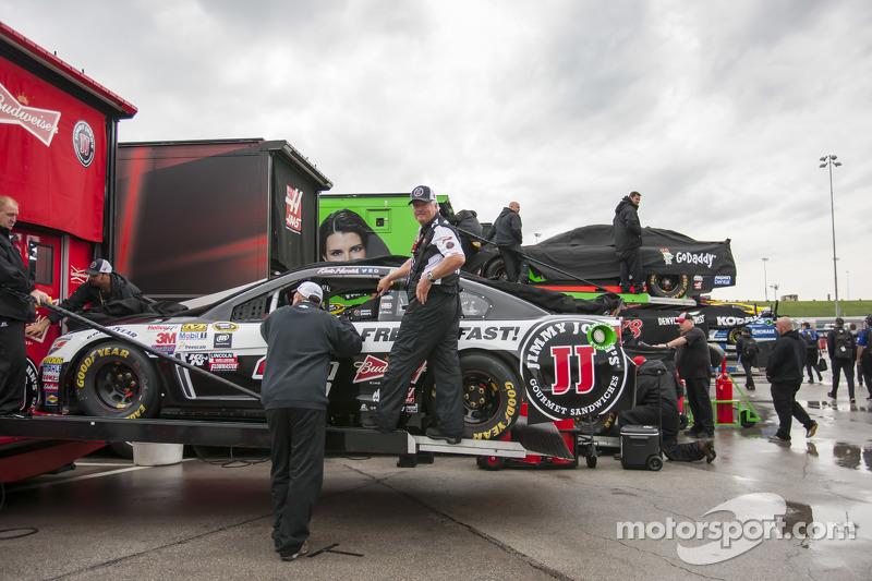 Das Auto von Kevin Harvick, Stewart-Haas Racing, Chevrolet, wird abgeladen