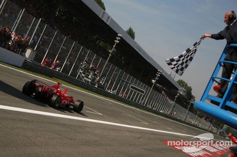 Michael Schumacher bei der Zieldurchfahrt