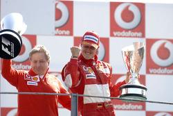 Podio: el ganador de la carrera, Michael Schumacher, y Jean Todt