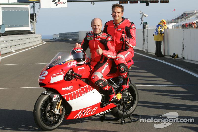 Fanático de motocicleta Lachlan Murdoch paseos con Randy Mamola en el Ducati Marlboro Team Desmosedici dos plazas