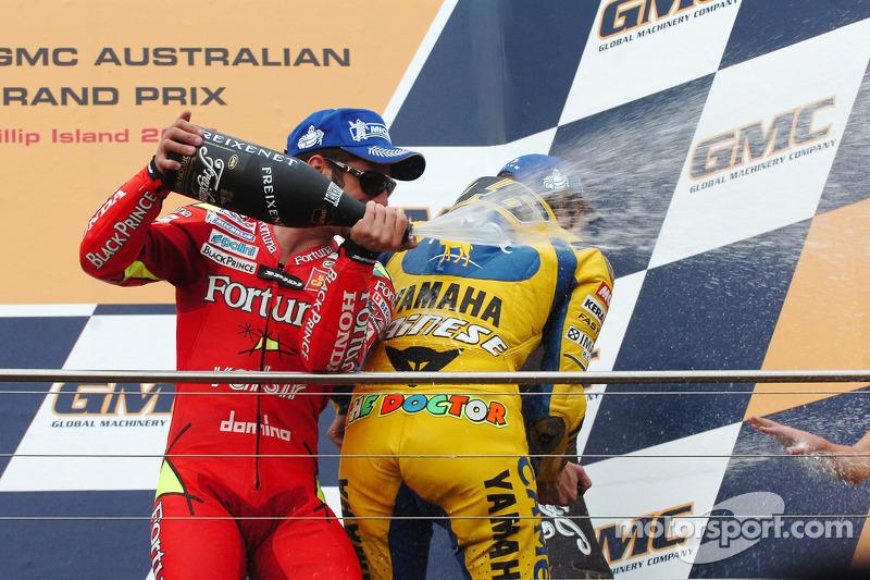 Podio: champagne para Marco Melandri y Valentino Rossi