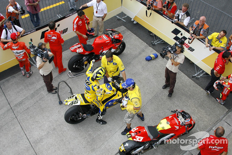 Ganador de la pole Loris Capirossi con Valentino Rossi en Parc Fermé