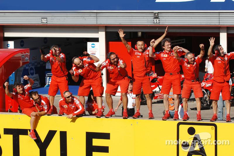 Los miembros del equipo Ducati celebran la victoria