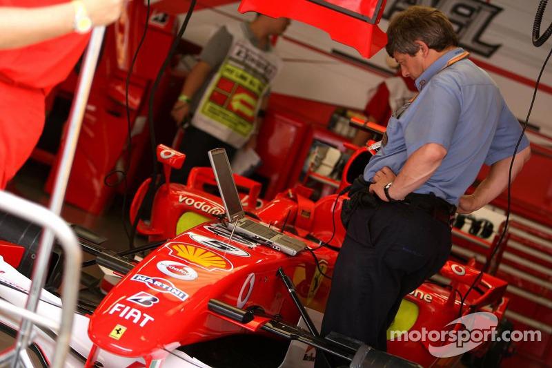 La FIA Revisa el coche de Michael Schumacher