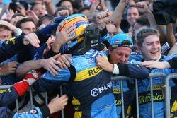 Фернандо Алонсо святкує перемогу в гонці