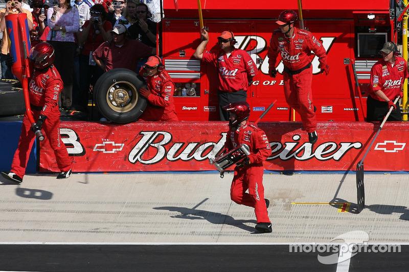 Parada en pits para Dale Earnhardt Jr.