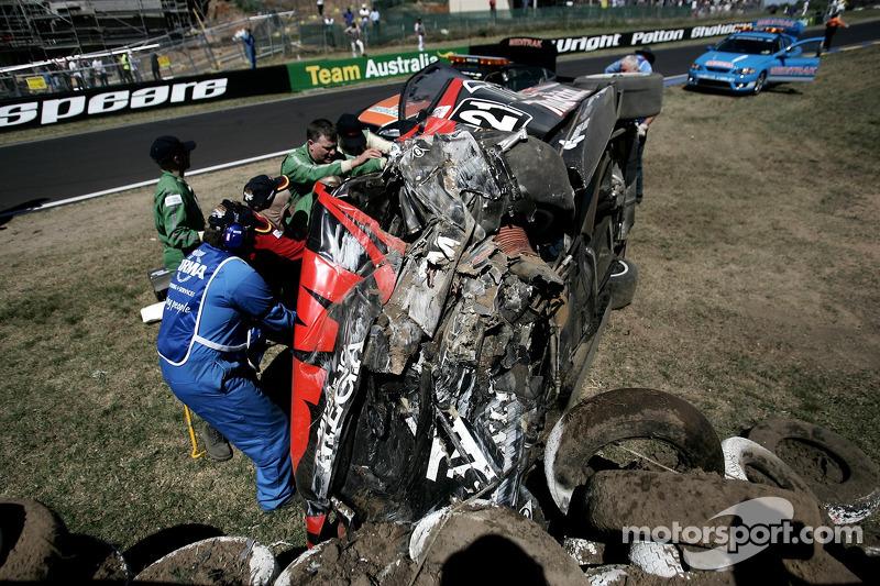 Commissaires et équipes médicales travaillent sur la voiture