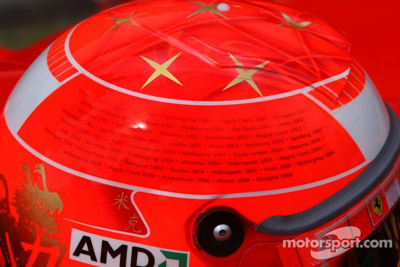 Casque de Michael Schumacher avec toutes ses victoires mentionnées sur les deux côtés