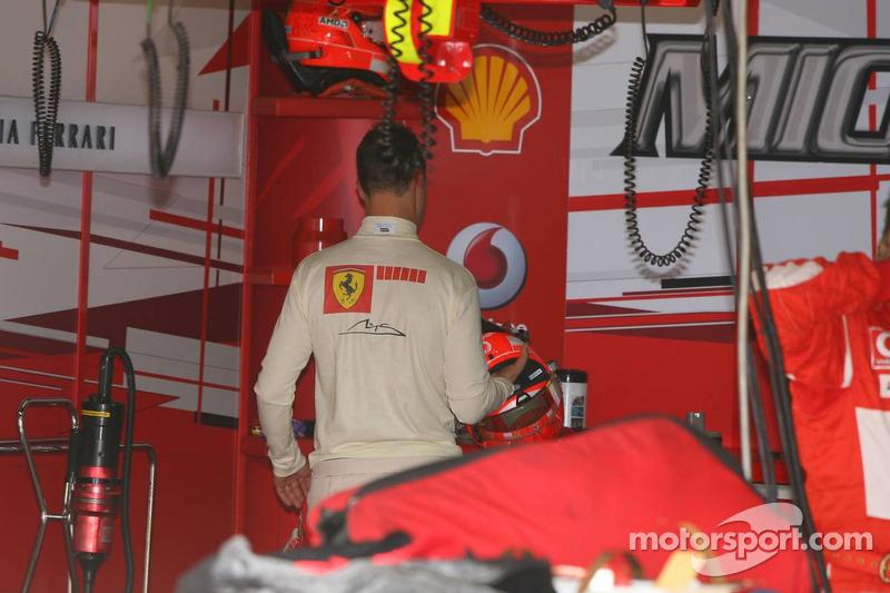 Michael Schumacher range son casque après une mauvaise séance de qualification