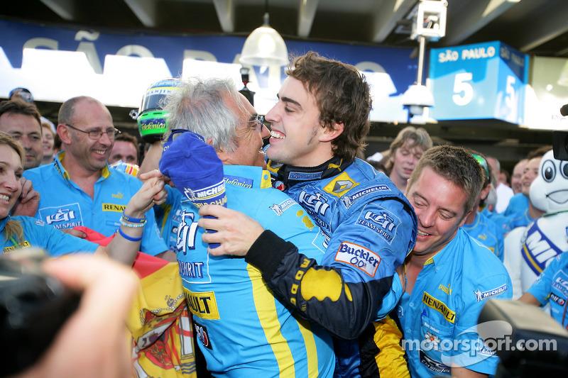 Чемпіон Ф1 2006 року Фернандо Алонсо святкує з Флавіо Бріаторе