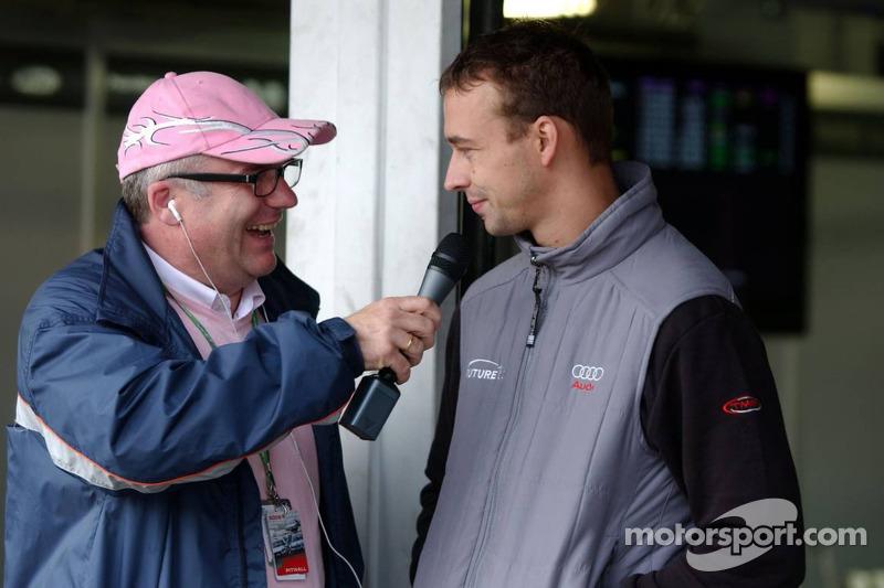 Stefan Moser, interviewer du DTM, parle à Nicolas Kiesa