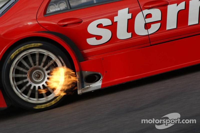 Flammes fascinantes sur la voiture de Jean Alesi