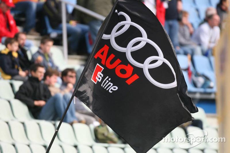 Des fans montrent leur soutien à leur marque favorite, Audi, en agitant le drapeau Audi