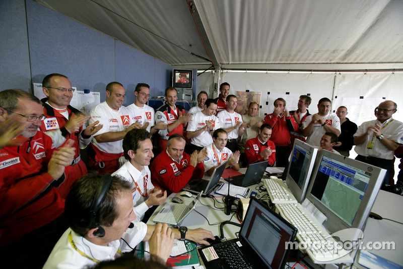 Des membres de Kronos Total Citroën célèbrent le titre 2006 de WRC de Sébastien Loeb