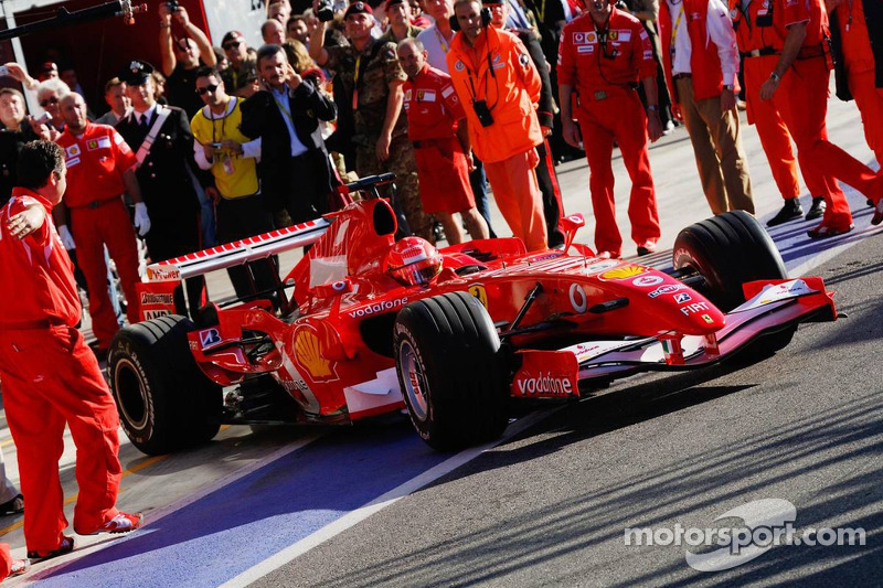 Michael schumacher sort du garage ferrari world finals for Garage schumacher metz