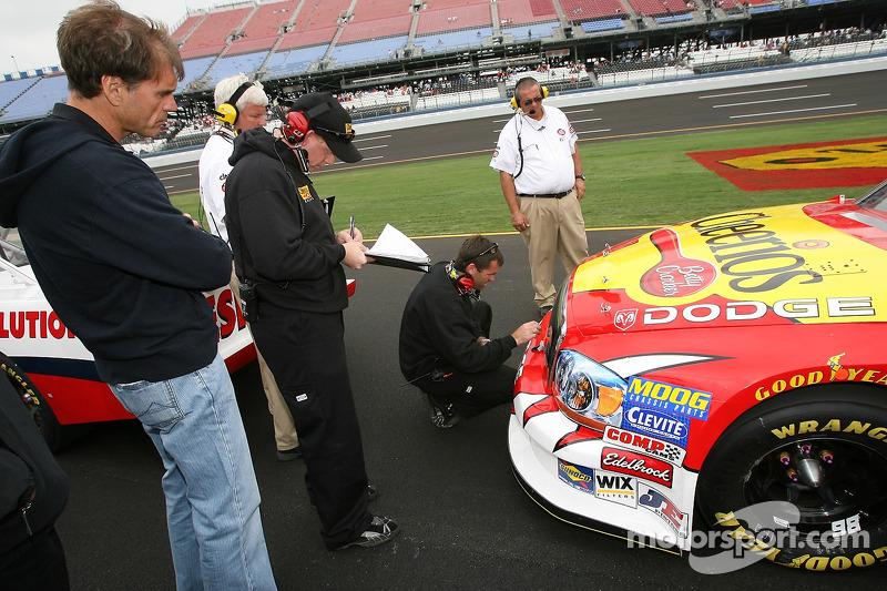 Ray Evernham observe son équipe travailler sur la Dodge n°98