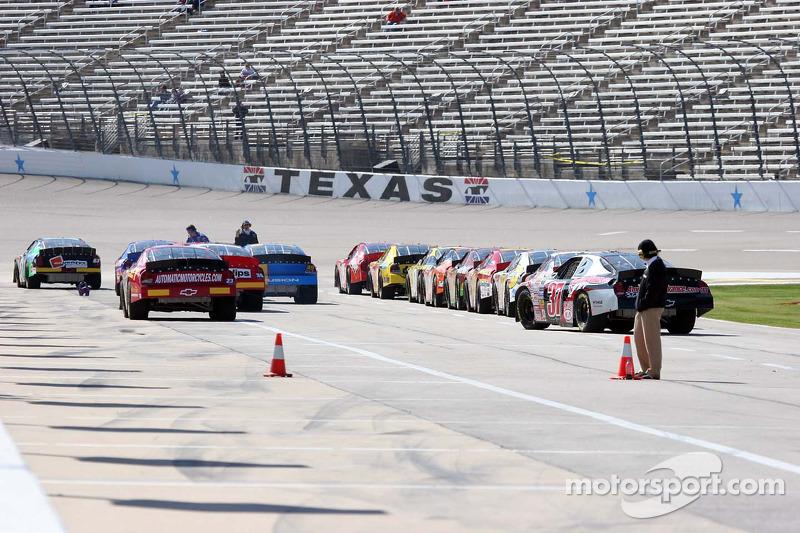 Les voitures patientent dans la voie des stands