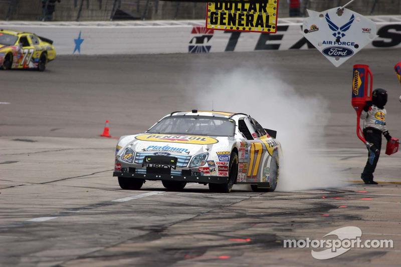 Matt Kenseth effectue des burn-outs dans la pit-lane