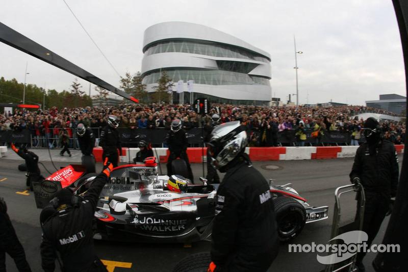 Démonstration d'arrêt aux stands pour les fans devant le nouveau Musée Mercedes-Benz
