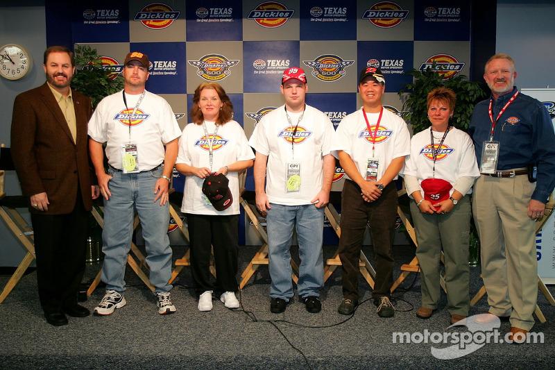 Concours Race to Riches : une photo des finalistes avec le Président du Texas Motor Speedway EddieGossage et Jon Ragsdale, Vice-Président du Marketing & Merchandising chez Williamson-Dickie Mfg. Co.