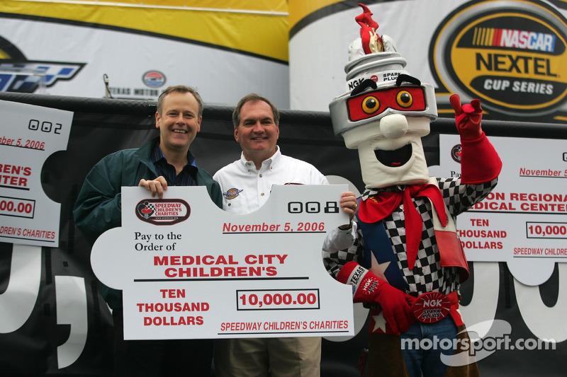 Une présentation du chèque par Speedway Children's Charities à Medical City Children's