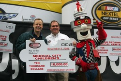 Une présentation du chèque par Speedway Children's Charities à Medical City Children's