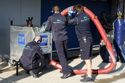 Williams mechanics prepare for pitstop practice