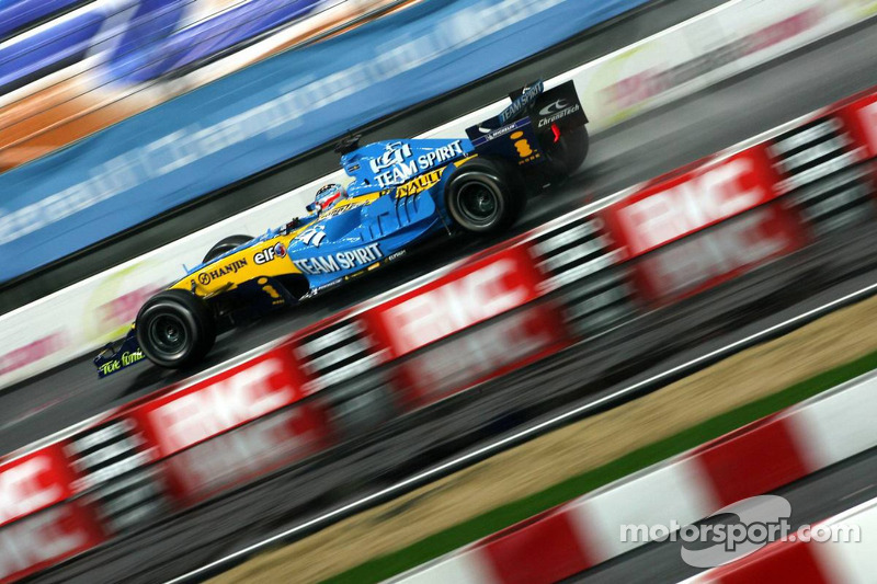 Jonathan Cochet has a demo run with the Renault R26 F4