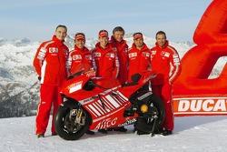 Claudio Domenicali, Loris Capirossi, Casey Stoner, Federico Minoli, Vittoriano Guareschi et Livio Suppo avec la Ducati Desmosedici GP7