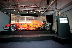 TV Sunucusu Tony Jardine introduces Car