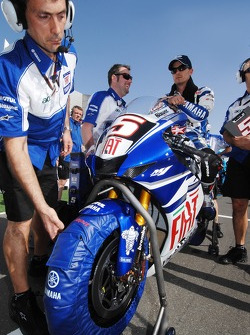 Colin Edwards on the starting grid
