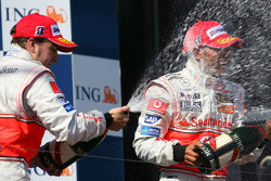 Podio: champagne para Fernando Alonso y Lewis Hamilton