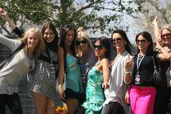 Jeunes femmes au paddock