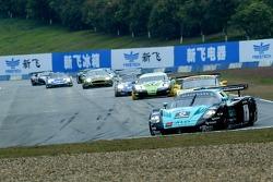 Start: #1 Vitaphone Racing Team Maserati MC 12 GT1: Michael Bartels, Thomas Biagi leads the field