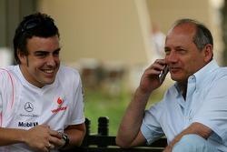 Фернандо Алонсо, McLaren Mercedes, и руководитель команды McLaren Рон Деннис