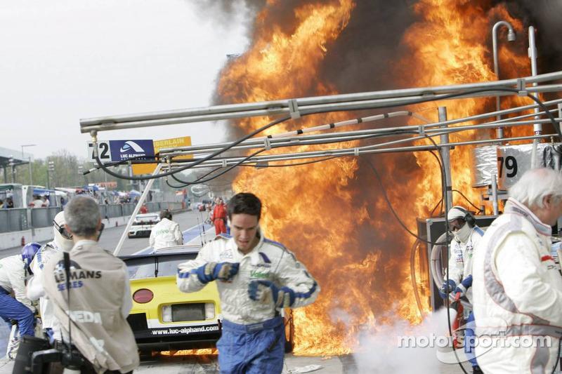 Fire on the car #73 Luc Alphand Aventures Corvette C5-R: Jean-Luc Blanchemain, Sébastien Dumez, Vincent Vosse