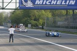 #17 Pescarolo Sport Pescarolo - Judd: Harold Primat, Christophe Tinseau takes the checkered flag