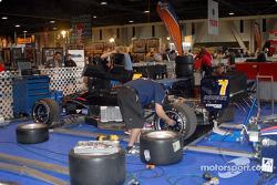 L'équipe Red Bull Forsythe travaille sur la voiture de John Edward
