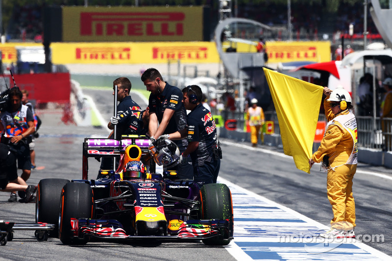 Daniil Kvyat, Red Bull Racing RB11, hält in der Boxengasse an