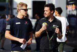 (Von links nach rechts): Marcus Ericsson, Sauber F1 Team, mit Jolyon Palmer, Test- und Entwicklungsfahrer Lotus F1 Team