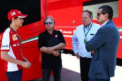 Esteban Gutiérrez y Gene Haas y Joe Custer, Stewart Haas Racing Vicepresidente y Gunther Steiner