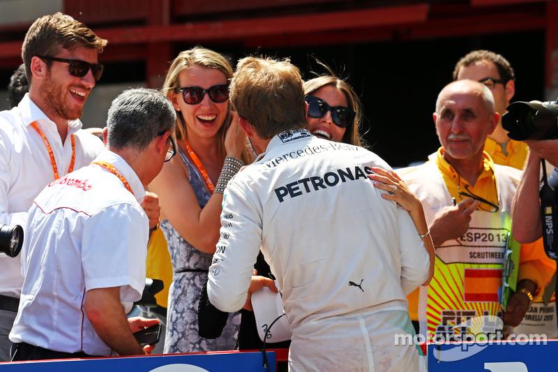 Ніко Росберг, Mercedes AMG F1 святкує свою поул позицію з дружиною Вівіан, в закритому парку