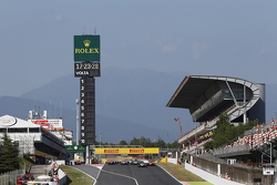 Start: Esteban Ocon, ART Grand Prix leads Luca Ghiotto, Trident and Emil Bernstorff, Arden International and the rest of the field